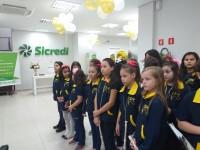 14.06.2019 - Coro infantil se apresenta no Banco Sicredi.