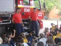 Crianças curtem aula nos Bombeiros